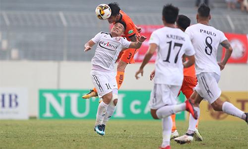 TP HCM (áo trắng)lép vế trong phần lớn thời gian trận đấu tại Hoà Xuân. Ảnh: Anh Khoa.