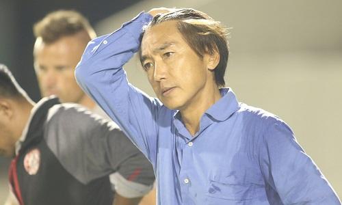 HLV Miura bứt tóc vì cầu thủ TP HCM liên tục bị phạm lỗi. Ảnh: Anh Khoa.