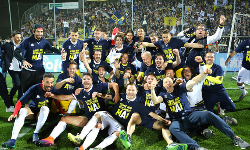 Cầu thủ Parma mừng suất thăng hạng, trở lại đứng dưới ánh mặt trời Serie A từ mùa sau. Ảnh: La Presse.