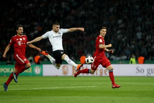 Rebic (áo trắng) là người hùng của Frankfurt với cú đúp vào lưới Bayern. Ảnh: Reuters.