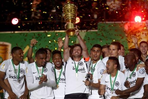 Đánh bại Bayern, Frankfurt giành cúp quốc gia sau 30 năm chờ đợi