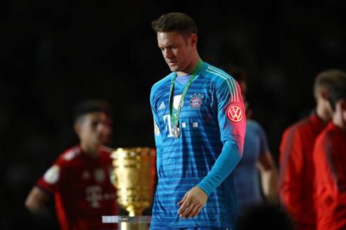 Neuer ngồi dự bị, chứng kiến đồng đội bị Frankfurt đánh bại. Ảnh: Reuters.
