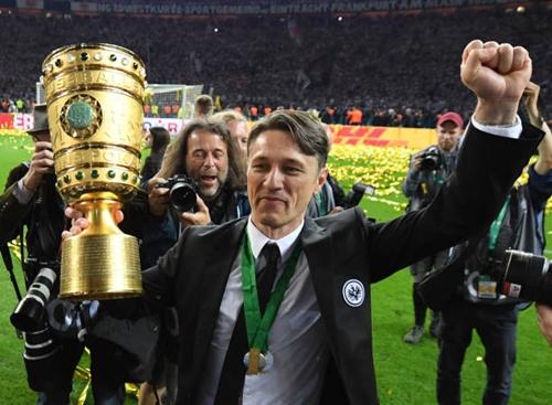Niko Kovac có danh hiệu đầu tiên cùng Frankfurt. Ảnh: Reuters.