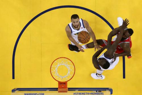Stephen Curry (trắng) cho thấy anh xứng đáng là cầu thủ hưởng lương cao nhất NBA hiện tại. Ảnh: AFP.
