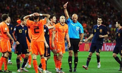 Trọng tài Howard Webb bắt chính chung kết World Cup 2010 giữa Hà Lan và Tây Ban Nha. Ảnh: Reuters.