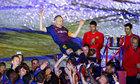 Iniesta được đồng đội tung hô trong trận cuối ở Barca