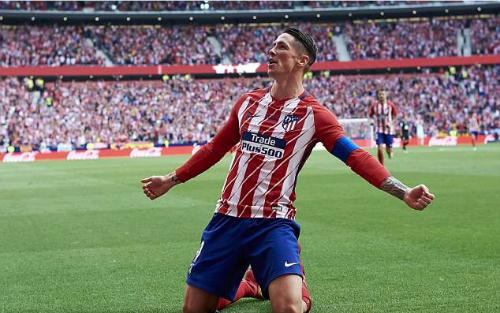 Torres thực hiện pha trượt cỏ sau khi ghi bàn cho Atletico, hình ảnh vốn quen thuộc với chân sút này.