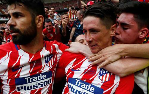 Torres lao lên khán đài chung vui với người hâm mộ sau bàn thắng thứ hai. Ảnh:Reuters.