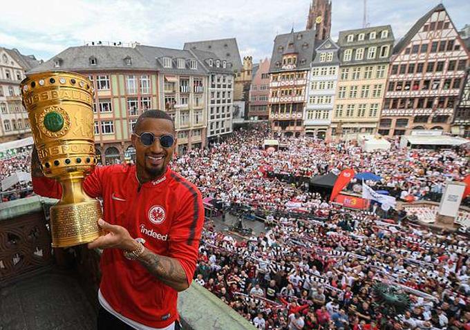 Biển người mừng Frankfurt hạ Bayern để đoạt Cup Quốc gia Đức