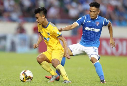 Vũ Minh Tuấn chuyên nghiệp, chơi hết mình dù đối đầu đội bóng anh gắn bó từ tấm bé. Ảnh: Quang Minh