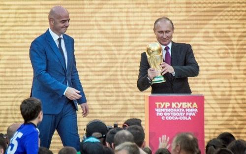Tổng thống Nga, Putin bên cạnh Chủ tịch FIFA, Infantino. Ảnh: Reuters.