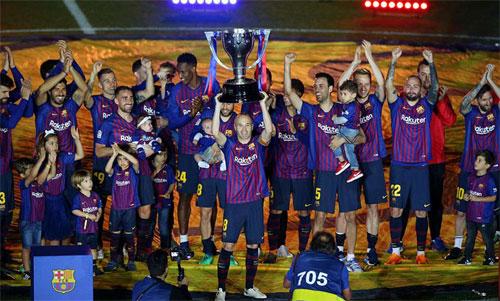 Thủ quân Iniesta nâng Cup La Liga thứ 25 trong lịch sử Barca. Ảnh: Reuters