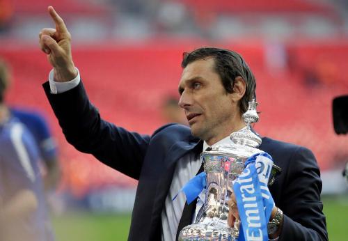 Conte cầm danh hiệu Cup FA. Ảnh:AP.