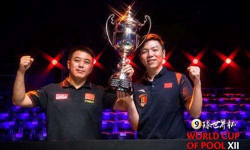 Lưu Hải Đào và Ngô Già Khánh với Cup Thế giới. Ảnh: WCoP.