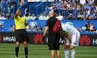 Ibrahimovic lĩnh thẻ đỏ vì đánh nguội vào mặt đối thủ