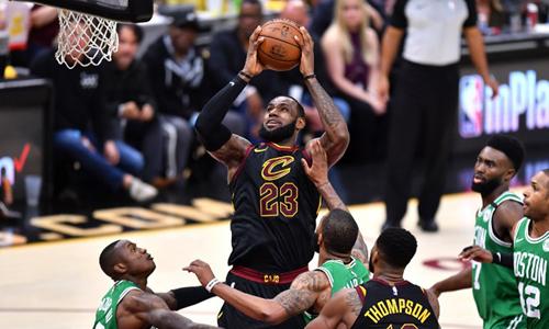 Ở tuổi 33, LeBron James (số 23) vẫn sở hữu sức mạnh và kỹ thuật vượt trội các cầu thủ Celtics. Ảnh: AP.