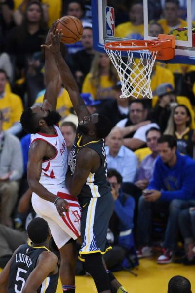 Cả hai đội đều có trận đấu phòng ngự xuất sắc, nhưng Houston Rockets (trắng) là những người bản lĩnh hơn ở thời khắc quyết định. Ảnh: AFP.