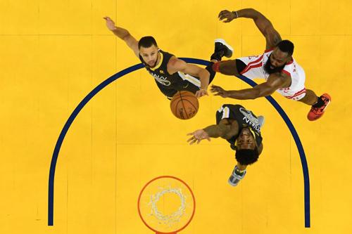 Warriors đang tự đặt họ vào thế khó với thất bại ở game 4. Ảnh: AFP.