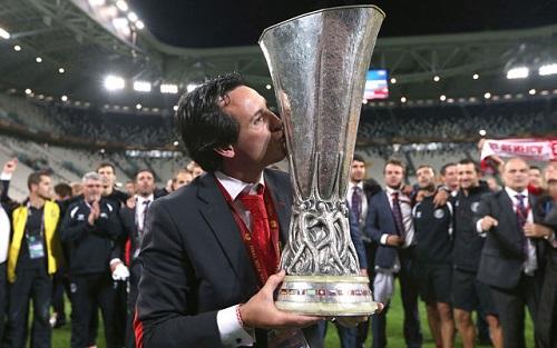 Emery với chức vô địch Europa League 2015-2016. Ảnh: Reuters.