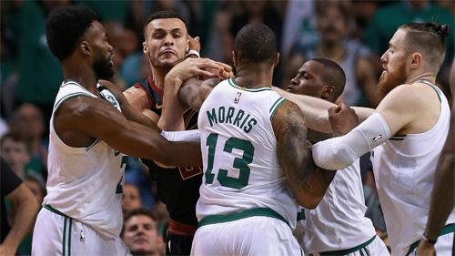 Bạo lực và xô xát là những điều xuất hiện thường xuyên ở cặp đấu Cavaliers  Celtics tại chung kết play-off miền Đông năm nay. Ảnh: AP.