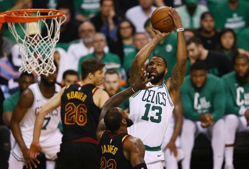 LeBron Jamesmệt mỏi sau khi vắt hết sức lực ở hai trận thắng gần nhất của Cavaliers trước Celtics. Ảnh: AP.
