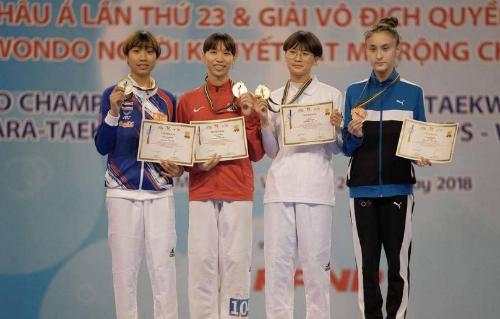 Kim Tuyền (áo đỏ) với HC vàng châu Á đầu tiên trong sự nghiệp. Ảnh: IG/Candaa.