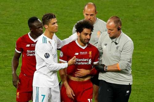 Salah (giữa) rời sân trong nước mắt. Ảnh: Reuters.