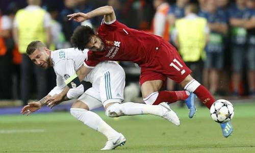 Ramos túm tay Salah trong tình huống dẫn đến chấn thương của ngôi sao Ai Cập. Ảnh: AP.
