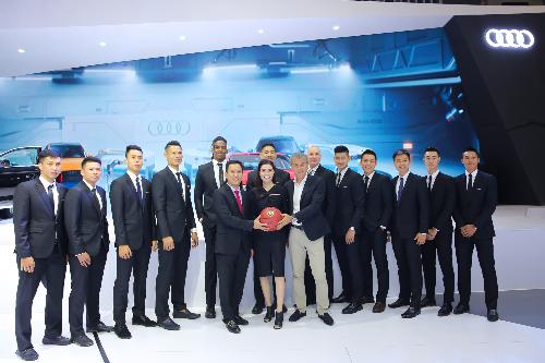 Huấn luyện viên Matt Skillman và dàn cầu thủThang Long Warriors nhận tài trợ từAudi Việt Nam.