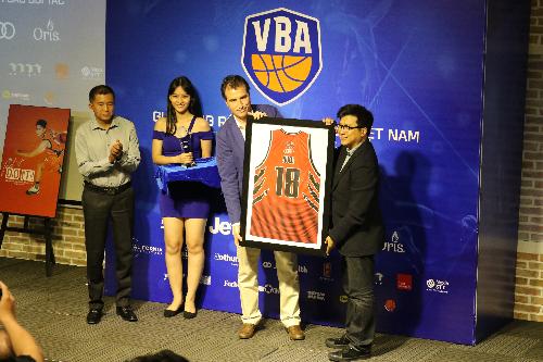 Oog Nguyễn Bảo Hoàng - Chủ tịch Liên đoàn Bóng rổ Việt Nam gặp gỡ nhà tài trợ trước giải.