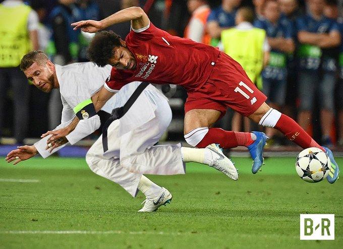 'Bậc thầy Judo' Sergio Ramos quật ngã cầu thủ Salah