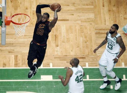 LeBron James (úp rổ) vào chung kết NBA năm thứ tám liên tiếp, dù thi đấu với các đồng đội bị đánh giá là kém nhất của James trong thập kỷ qua. Ảnh: AP.