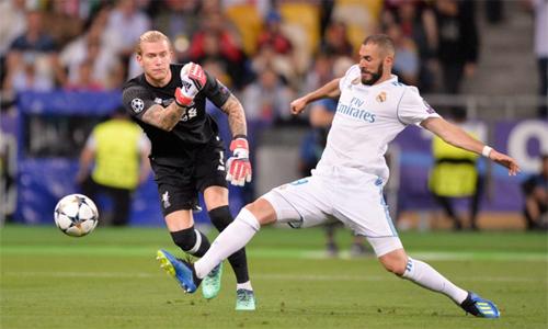 Đám đông chỉ trút giận vào Karius mà quên khen Benzema đã xuất thần trong pha chớp cơ hội. Ảnh: Reuters.