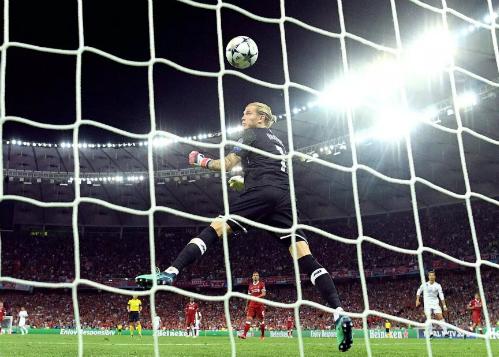 Tình huống Karius lúng túng để bóng nẩy vào lưới sau cú sút xa cầu âu của Bale. Ảnh: Reuters.