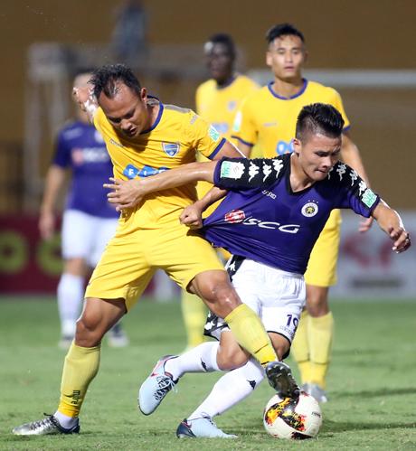 Quang Hải (áo xanh) đang nỗ lực tìm lại phong độ đỉnh cao như khi khoác áo U23 Việt Nam. Ảnh: Lâm Thỏa