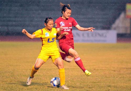 Phong Phú Hà Nam (đỏ) đánh bại TP HCM II, có chiến thắng đầu tiên ở giải vô địch quốc gia.