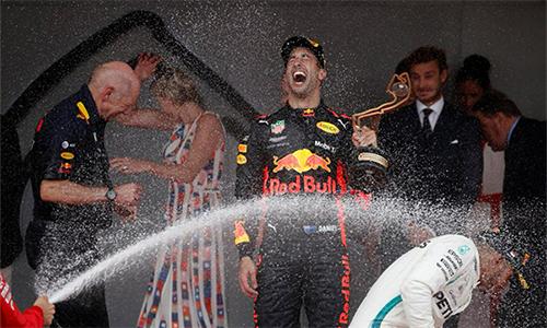 Ricciardo hạnh phúc với lần đầu chiến thắng tại Monaco. Ảnh: Reuters.