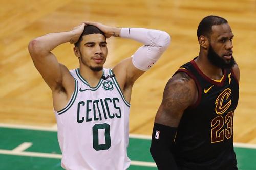Jayson Tatum của Celtics bất lực và thất vọng khi chứng kiến LeBron James truyền cảm hứng giúp Cavaliers thắng ngược Celtics. Ảnh: AFP.