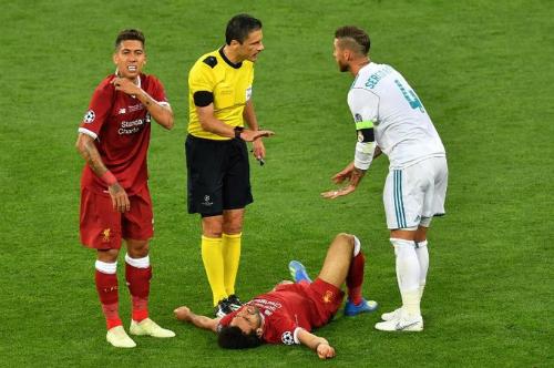 Ramos (phải) chúc Salah sớm bình phục. Ảnh: AFP.