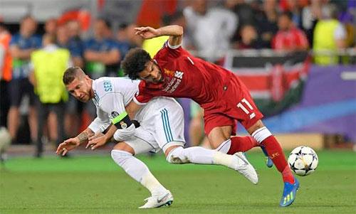 Tình huống ngã của Ramos (trái) và Salah. Ảnh: AFP