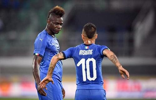 Balotelli mừng bàn mở tỷ số với Insigne. Ảnh: Reuters.