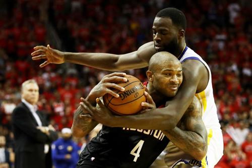 Warriors đã phòng ngự xuất sắc để giảm thiểu rủi ro từ các tình huống ném ba của Rockets. Ảnh: AFP.