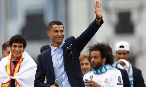 Ronaldo trong buổi lễ diễu hành của Real tại Madrid hôm 27/5. Ảnh: AP.