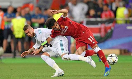 Pha tranh bóng khiến Salah dính chấn thương. Ảnh: Reuters