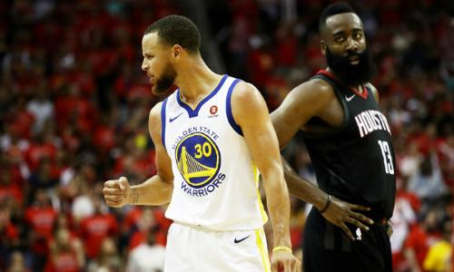Harden (áo đen) của Rockets ngậm ngùi nhìn Curry đưa Warriors vào chung kết tổng. Ảnh: AFP.