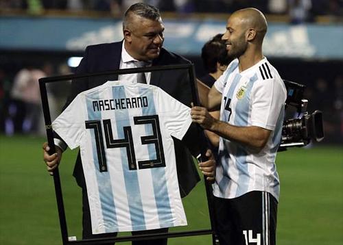 Javier Mascherano nhận chiếc áo ghi số trận thi đấu cho đội tuyển Argentina - đây là con số kỷ lục, ngang bằng thành tích của cựu hậu vệ Javier Janetti.