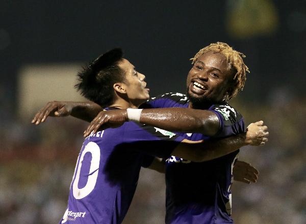Oseni chia vui cùng Văn Quyết sau bàn thắng ấn định tỷ số 2-1. Ảnh:Lâm Thỏa.