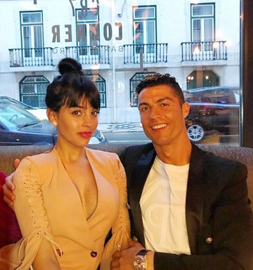 Ronaldo đưa bạn gái đi chơi vào đúng ngày chụp ảnh áo đấu mới. Ảnh: Instagram.