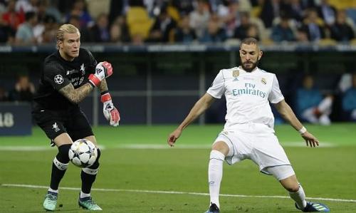 Karius với sai lầm dẫn đến bàn thua đầu tiên của Liverpoolở chung kết Champions League 2018. Ảnh: AP.