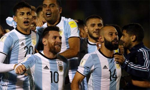 Messi và Mascherano (hàng trước) đều có ít nhất 13 năm chơi cho đội tuyển. Ảnh: Reuters